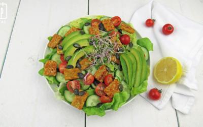 Salade met tempeh, avocado en pompoenpitten