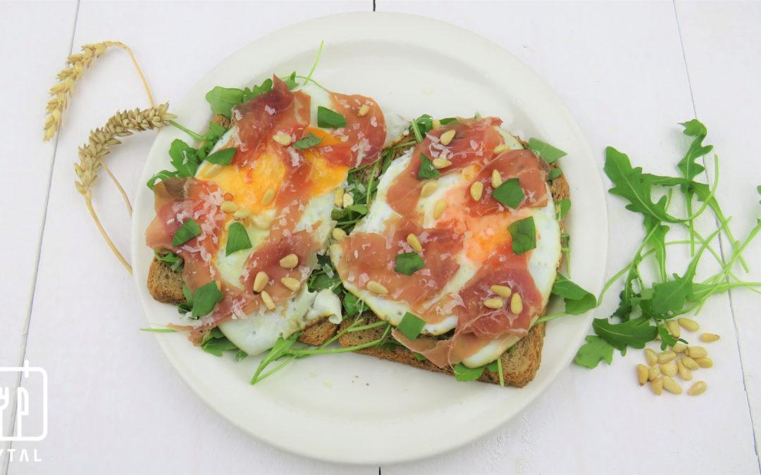 Volkorenbrood met gebakken ei en rauwe ham