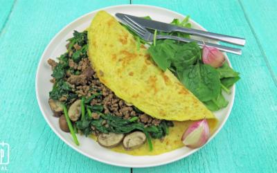 Gevulde omelet met gehakt, champignons en spinazie