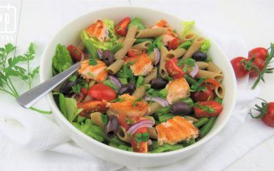 Salade met penne, zalm, sperziebonen en tomaat