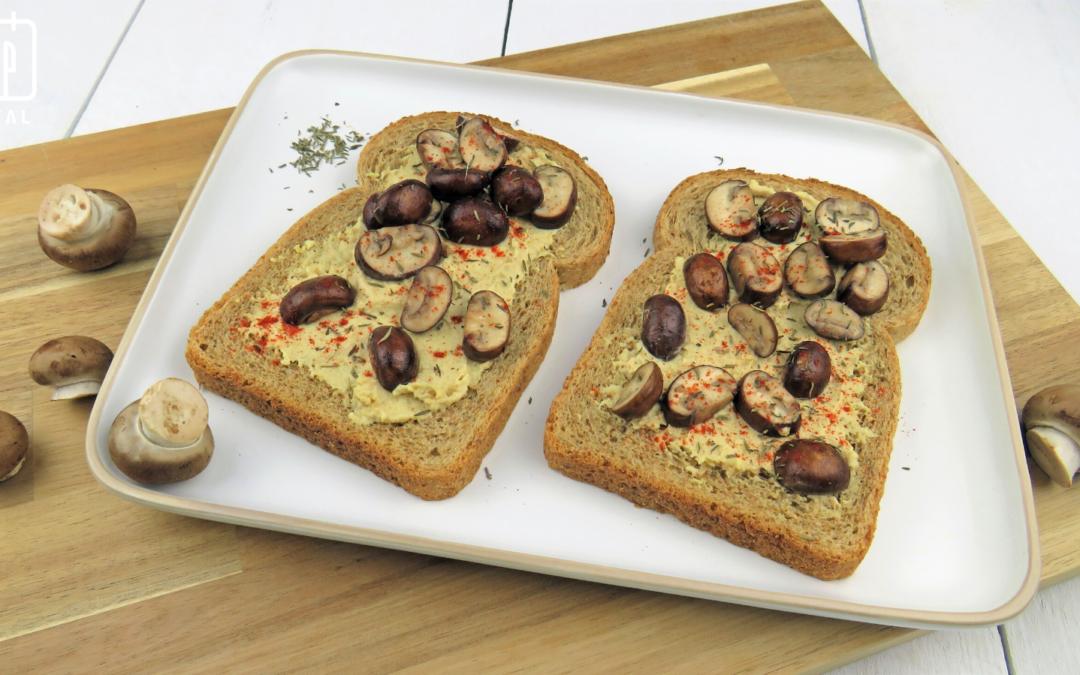 Volkorenbrood met hummus en gebakken champignons