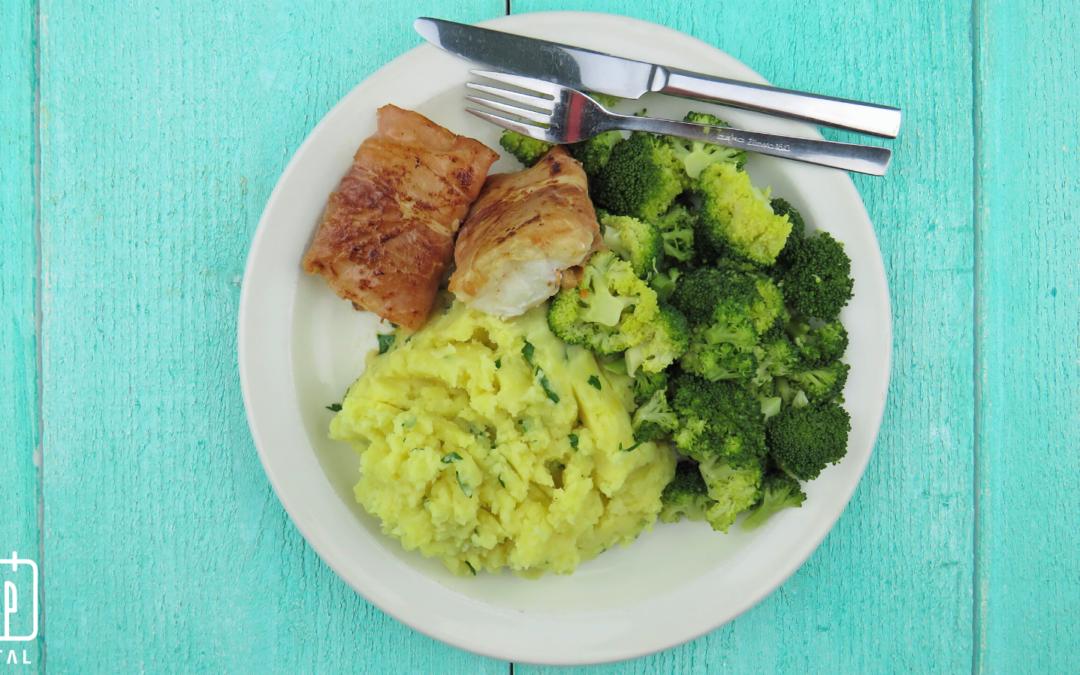 Kabeljauw in rauwe ham met broccoli en aardappelpuree